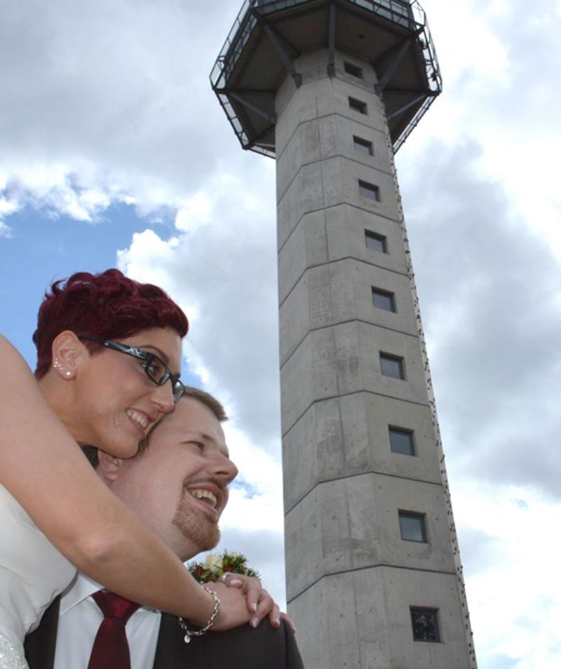Trauung im Hochheideturm Paar am Turm