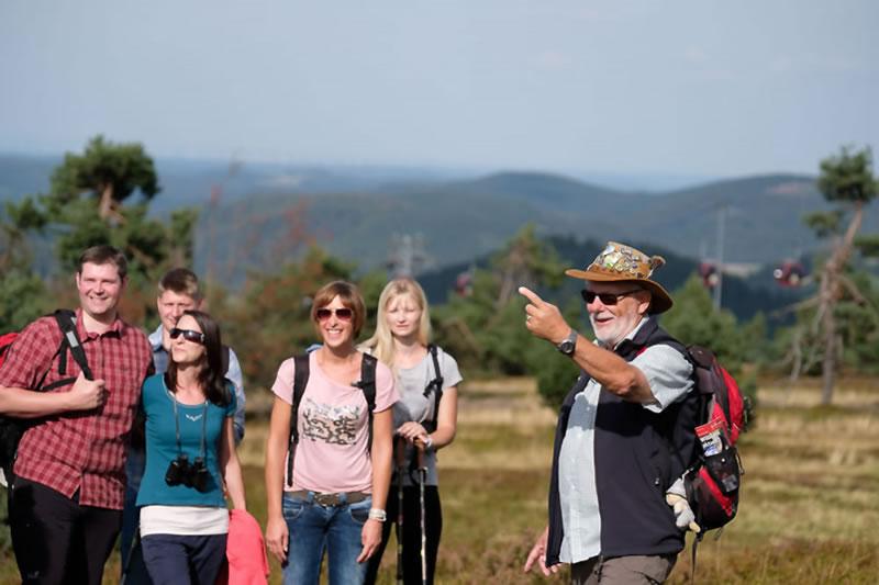 Wanderfuehrer mit Gruppe auf dem Ettelsberg